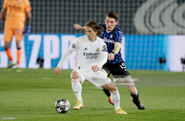 MADRID, SPAIN - MARCH 16: Luka Modric of Real Madrid, Marten de Roon of Atalanta Bergamo during the UEFA Champions League match between Real Madrid v Atalanta Bergamo at the Estadio Alfredo Di Stefano on March 16, 2021 in Madrid Spain (Photo by David S. Bustamante/Soccrates/Getty Images)
