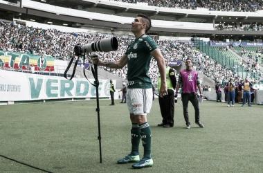 """Moisés comemorando seu gol com um """"cajado"""" improvisado (Foto: Cesar Greco/SE Palmeiras/Divulgação)"""