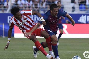 Mojica y Okazaki, luchan un balón que acaba en la jugada de gol del nipón.<div>Foto del Girona FC.</div>