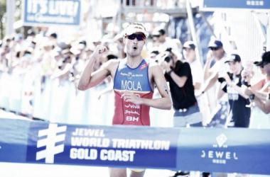 Mario Mola celebrando su victoria al entrar en meta | Foto: Gold Coast