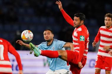 Molina intenta ganar el balón. Foto: Granada CF.