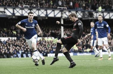 Monreal anota un gol con el Arsenal en un partido frente al Everton | Fotografía: Arsenal