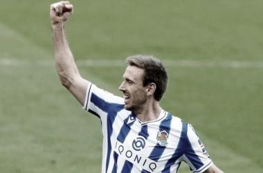 Monreal celebra un gol con la Real