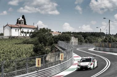 El Honda de Tiago Monteiro en el circuito callejero de Vila Real. Foto: FIAWTCC