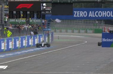 Hamilton transita da vincitore sul traguardo di Monza | twitter - @F1