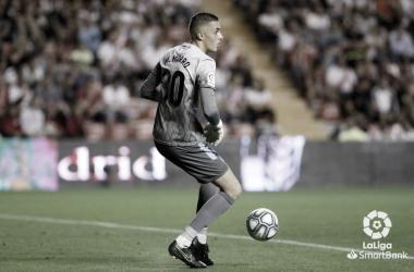Miguel con el balón. Fotografía: La Liga