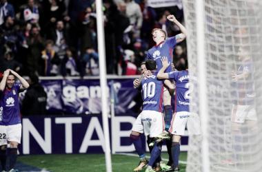 Mossa celebra su segundo tanto junto a sus compañeros | Imagen: Real Oviedo