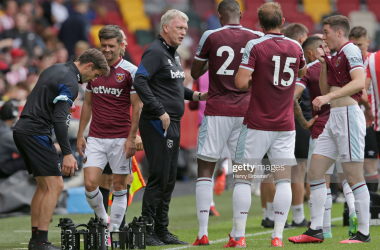 BRENTFORD, ENGLAND - JULY 31: West Ham United manager David Moyes talks to the players during the pre season friendly match between Brentford and West Ham United at Brentford Community Stadium on July 31, 2021 in Brentford, England. (Photo by Henry Browne/Getty Images)