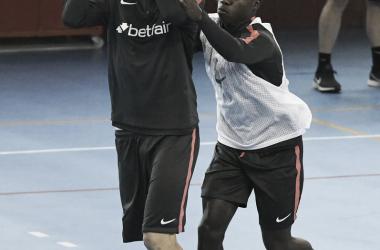 Franco Vázquez con un balón de baloncesto   Foto: Sevilla FC