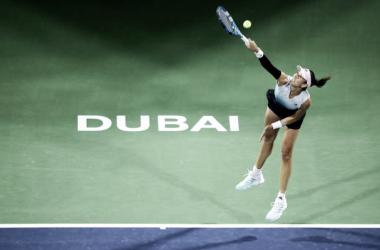Garbiñe Muguruza al servicio durante un partido en Dubai. Foto: gettyimages.es