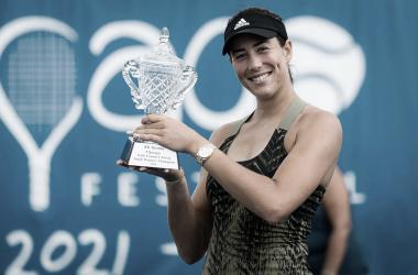 Garbiñe Muguruza alzando el trofeo del WTA 500 Chicago. / Fuente: WTA