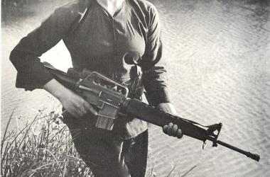 Mujer Guerrillera con fusil M16 americano, Fuente: Wikicommons.