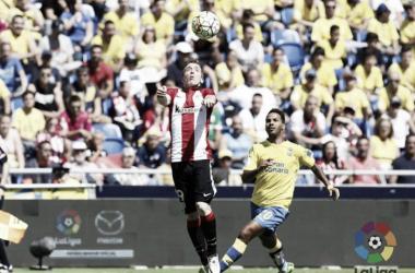 Muniain baja un balón con el pecho ante Jonathan Viera | Foto: LaLiga
