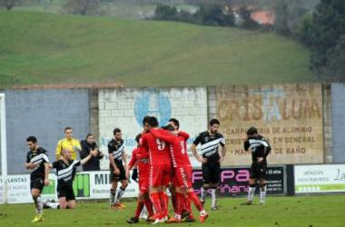 Los jugadores del Murcia celebran el segundo tanto del partido. (Foto: Alberto Brevers, VAVEL)