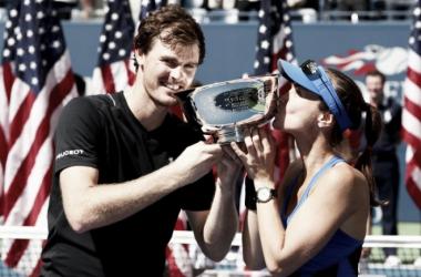 Jamie Murray y Martina Hingis posan sonrientes con el trofeo de campeones. Foto: zimbio.com