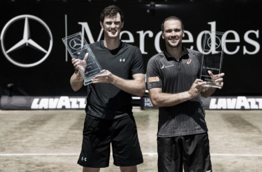 Jamie Murray and Bruno Soares hold the Mercedes Cup trophies (Photo:/www.mercedescup.de)