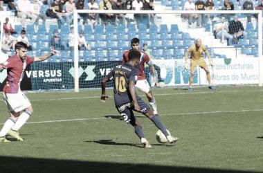Mustafá encarando una jugada | Foto: UCAM Murcia CF