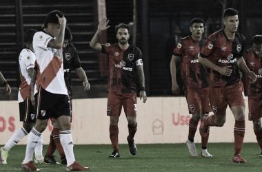 """PEDIDOS DE DISCULPAS. Apenas anotó, Scocco levantó la mano pidiendo perdón al ámbito """"Millonario"""". Foto: Web"""