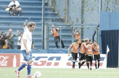 La desazón de Iván Alonso, de fondo los festejos de Sud América para el segundo gol. Foto: Montevideo Portal