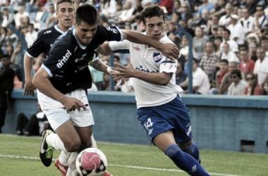 Pellejero y Bueno disputan un balón en el último Nacional - Cerro (montevideo.com.uy)