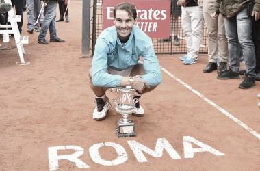 Rafa Nadal posa con su trofeo de campeón del Masters 1000 de Roma. Foto: gettyimages.es