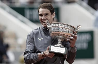 Rafa Nadal posa con su trofeo de campeón de Roland Garros por duodécima vez. Foto: gettyimages.es