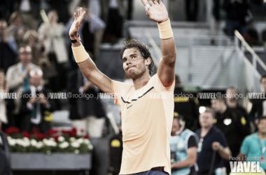 Rafael Nadal saludando al público durante un partido | Foto: Rodrigo Jiménez Torrellas - VAVEL