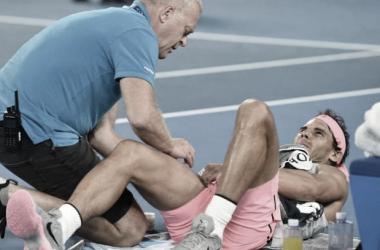 Rafa Nadal siendo atendido por una lesión en la rodilla en el Open Australia. (Fuente: Open Australia)