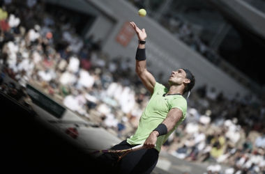 Rafa Nadal al servicio en el encuentro ante Schwartzman. (Fuente: Roland Garros)