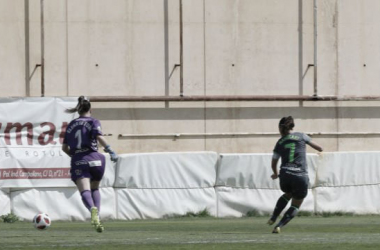 Nahikari García supera a la guardameta de la Fundación Albacete el pasado fin de semana (FOTO:// LaLigaIberdrola)