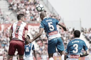 Naldo disputa un balón con Stuani en el partido del año pasado en Montilivi // Foto: LaLiga.