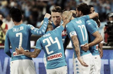 Gabbiadini y Hamsik mantienen al Nápoles en la pelea