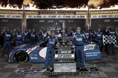 Festejo de Larson con su equipo en Victory Lane / Foto: Hendrick Motorsports