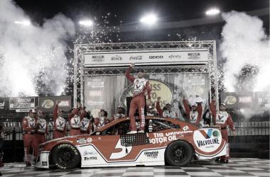 Larson festejando en Victory Lane / Foto: NASCAR Website
