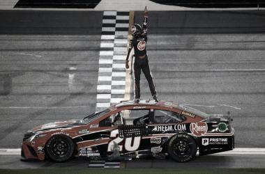 Bell festejando en el techo de su auto / Foto: NASCAR Twitter
