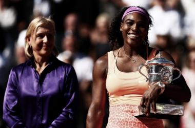 Navratilova, junto a Serena Williams en la entrega de trofeos de Roland Garros 2011. Foto: zimbio