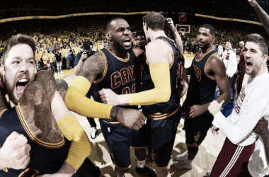 LeBron James festeja al final del Juego 2 (Foto: NBA)