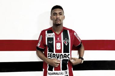 Atacante Netinho sendo apresentado no Ferroviário (Foto: Lenilson Santos/Ferroviário)
