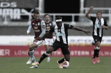 Aston Villa busca empate contra Newcastle no fim, mas permanece em situação delicada