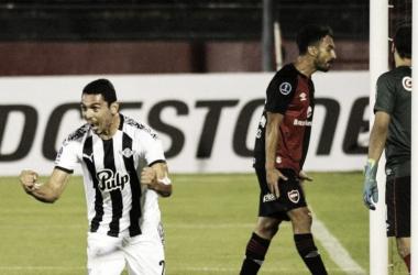 Daniel Bocanegra festeja el gol que abrió el marcador para el conjunto paraguayo. Fuente: (TyC Sports)
