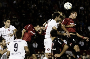 San Lorenz y Newell's luchan por la pelota. Foto: TyC Sports