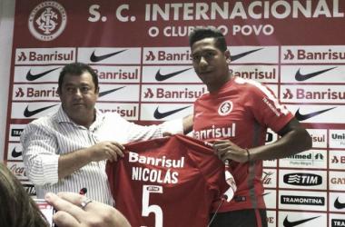 Ex-Peñarol, volante Nicolás Freitas é apresentado no Internacional e diz estar preparado