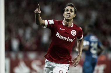 Nilmar fez o primeiro gol colorado na partida (Foto: Alexandre Lops/Divulgação Internacional)
