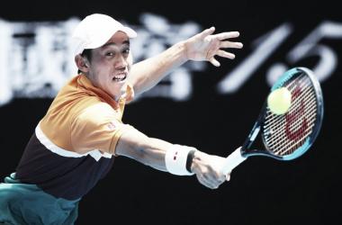 Nishikori golpea la bola durante el partido I Foto: Zimbio.com