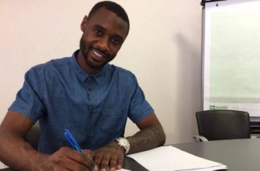 Nicolás N'Koulou firmando su contrato con el Lyon (olweb.fr)