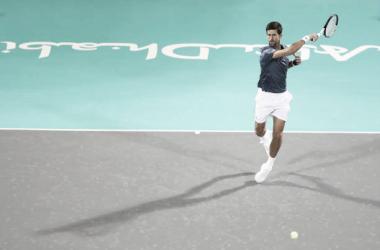 Novak Djokovic durante su partido frente a Karen Khachanov en Abu Dhabi. Foto: gettyimages.es