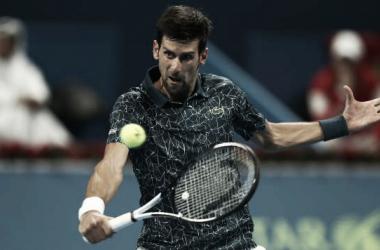 Novak Djokovic ejecuta una volea durante su partido ante Marton Fucsovics en Doha. Foto: gettyimages.es