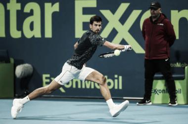 Djokovic se defiende durante su partido en Doha ante Basilashvili. Foto: gettyimages.es