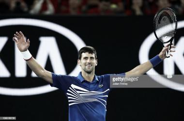 Djokovic levanta los brazos tras ganar el partido. Foto: Getty Images.