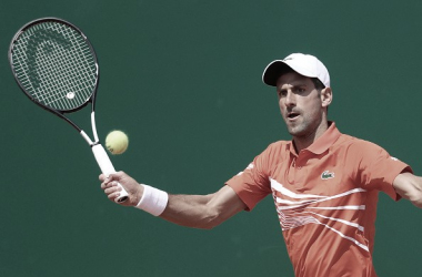 Novak Djokovic ejecuta una volea durante su partido de hoy ante Fritz en Montecarlo. Foto: gettyimages.es